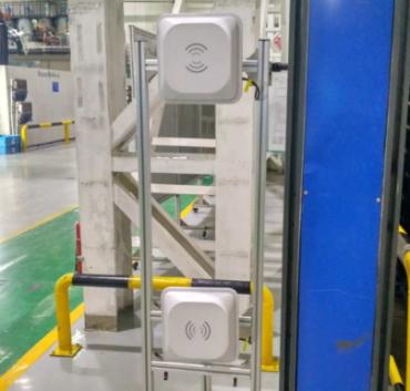 Antenas rfid uhf colocadas en el lateral de la puerta de una fábrica
