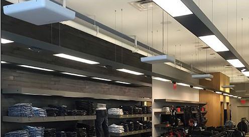 lecrores realizando un rfid inventario continuo en una tienda de ropa