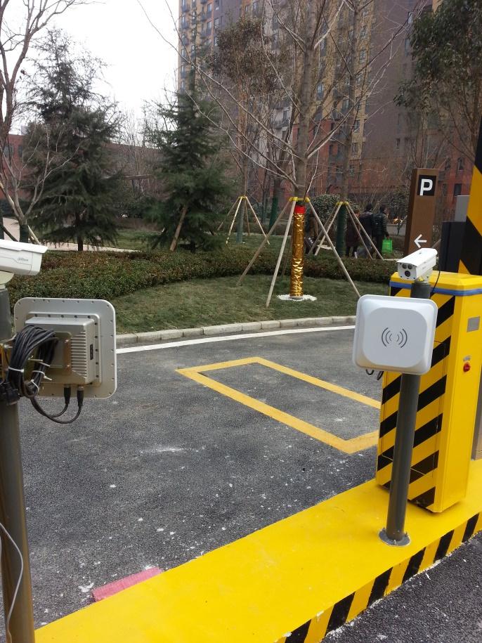 Lectores rfid controlando la entrada al parking de una oficina